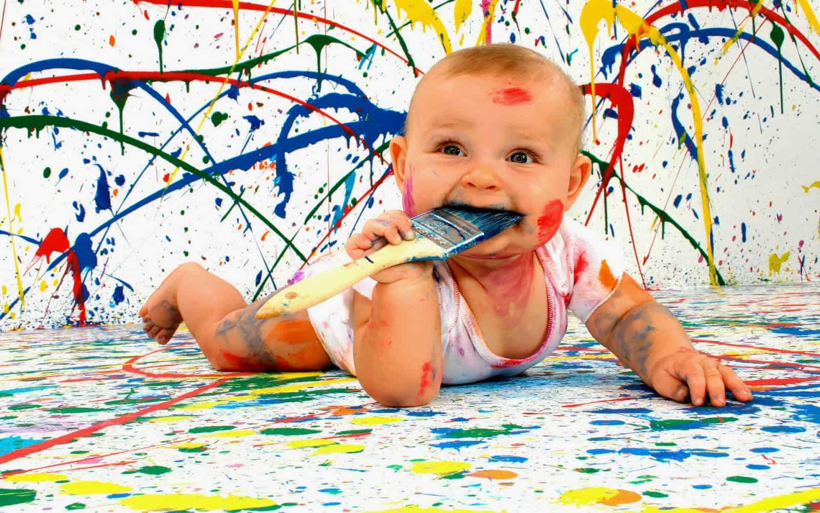 bambino che gioca con colori